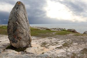 13-Bretagne-menhir le long de la côte